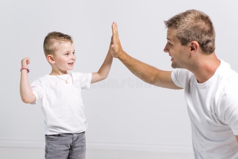 Homme bel avec son fils sur le fond blanc photo libre de droits
