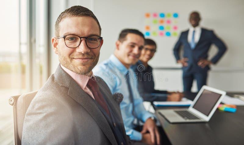 Homme bel avec trois collègues lors de la réunion images libres de droits