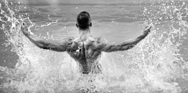 Homme bel ayant l'amusement dans l'?t? Concept de piscine de jeune homme Vacances au paradis Corps de sant? photo libre de droits