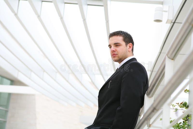 Homme bel d'affaires au bureau images stock