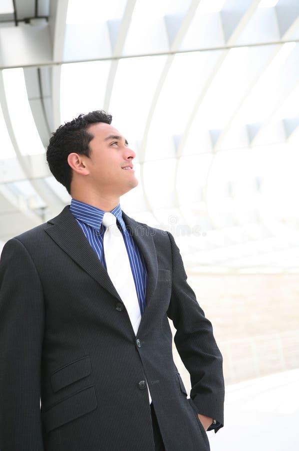 Homme bel d'affaires au bureau photographie stock libre de droits