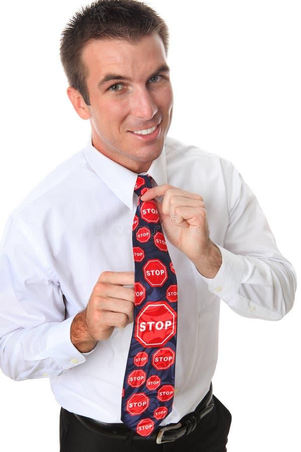 Homme bel d'affaires avec la relation étroite d'arrêt image stock