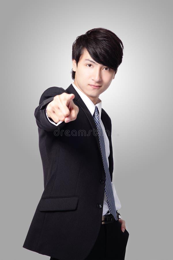 Homme bel d'affaires se dirigeant à vous photographie stock