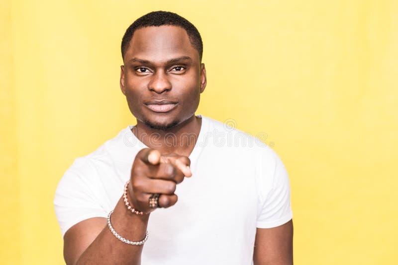 Homme bel d'Afro-américain dirigeant le doigt en avant à la caméra images stock