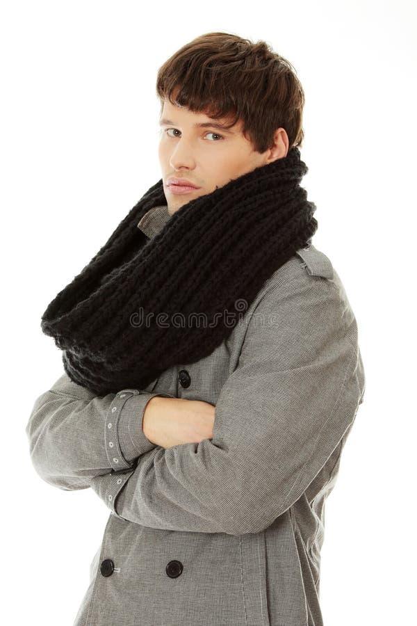 Homme bel dans l'écharpe et la couche photos stock