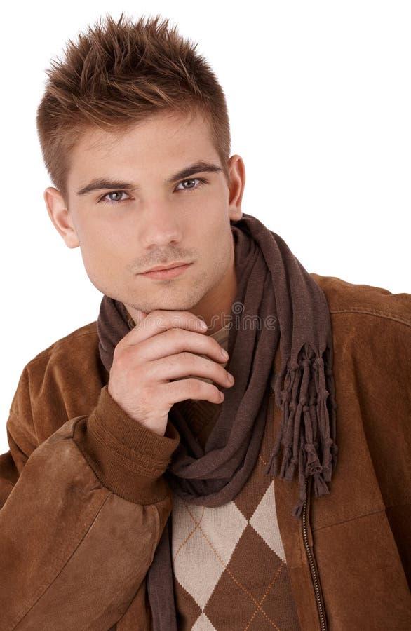 Homme bel dans la couche et l'écharpe image stock