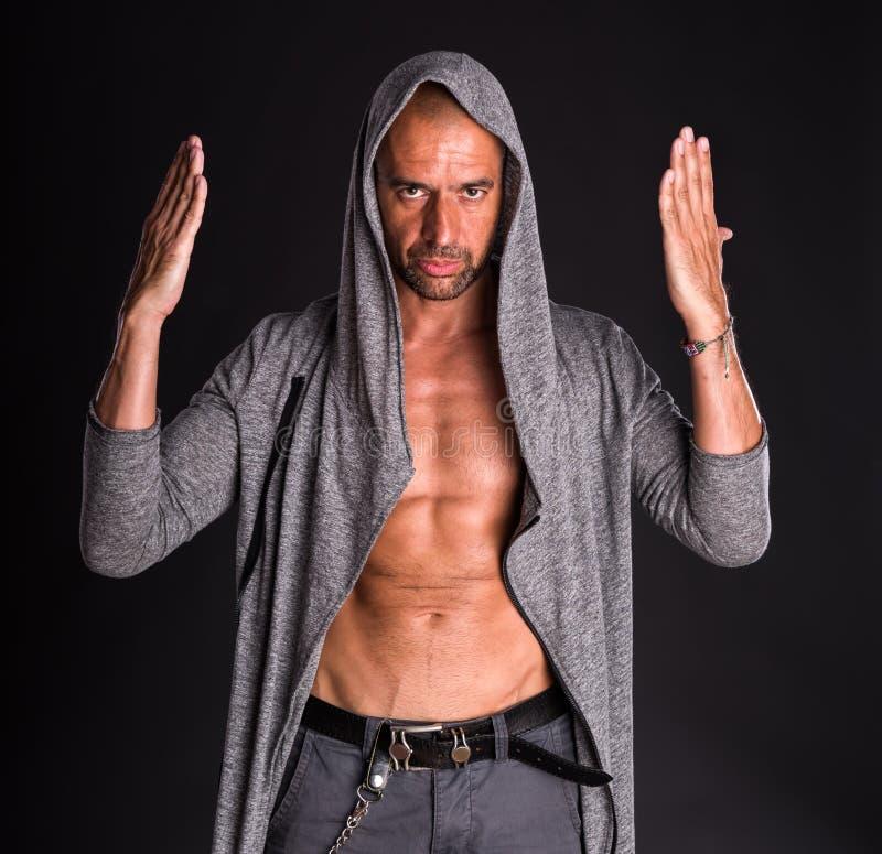 Homme bel dans le chandail gris images stock