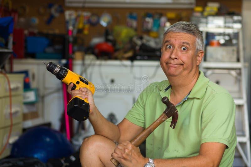 Homme bel dans le garage image stock