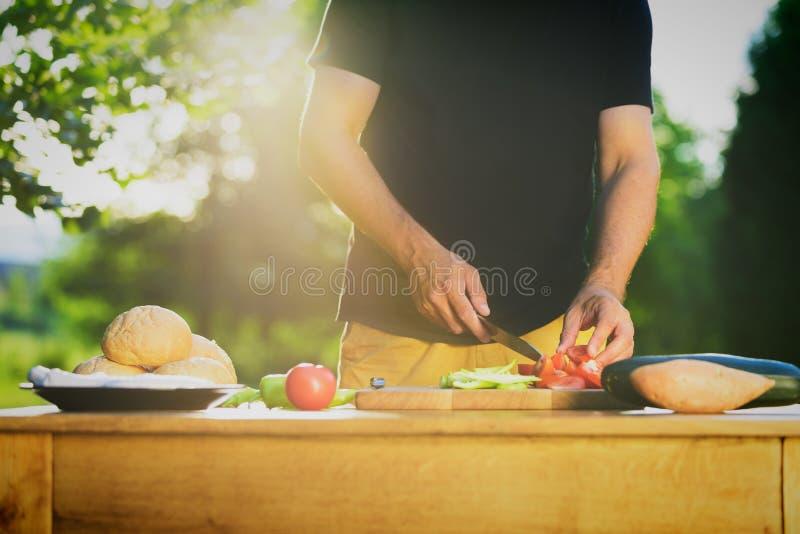 Homme bel de hippie préparant la nourriture, nourriture de jardin d'été de BBQ photos libres de droits