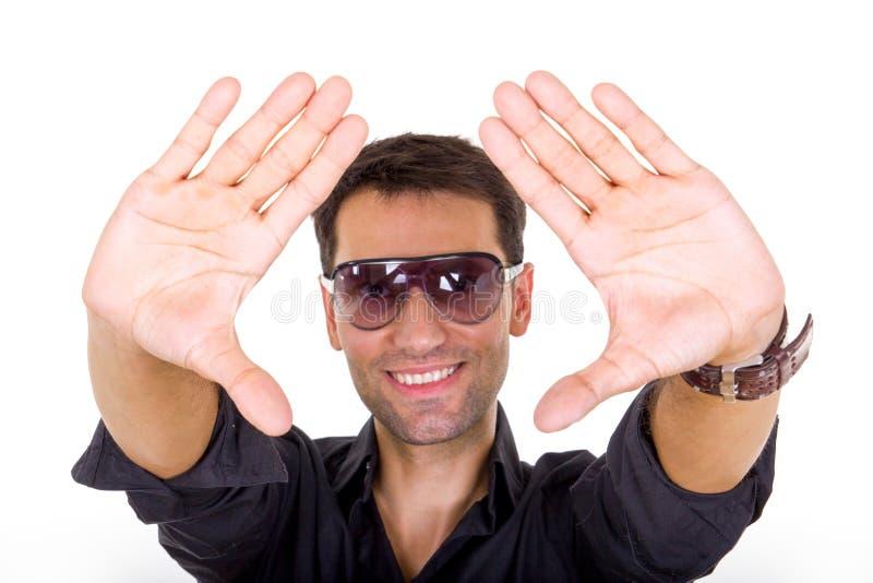 Homme bel de mode avec les lunettes de soleil teintées posant le sourire photographie stock libre de droits