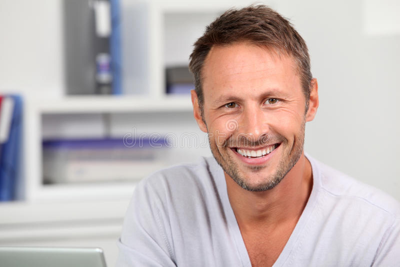 Homme bel de sourire photographie stock