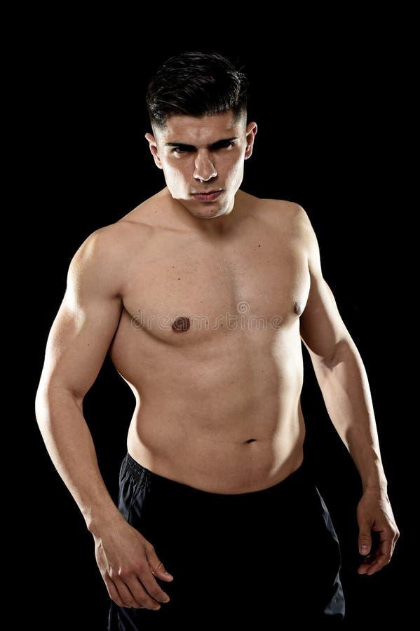 Homme bel de sport posant avec le torse nu fort semblant le concept de corps provoquant frais d'ajustement photos stock