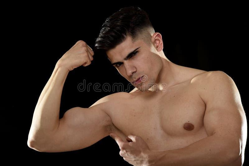 Homme bel de sport posant avec le torse nu fort semblant le concept de corps provoquant frais d'ajustement image libre de droits