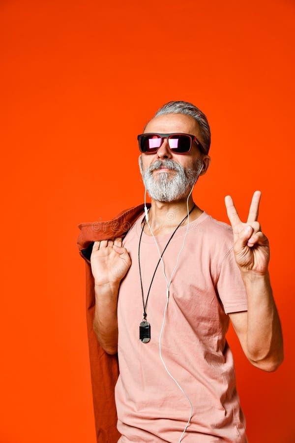 Homme bel drôle avec le sourire en verre de hippie photo stock