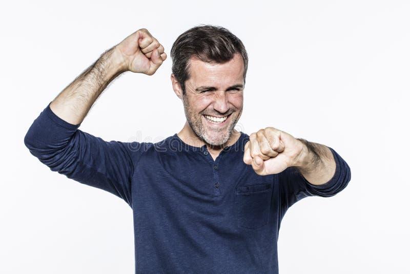 Homme bel dynamique riant, montrant la joie et la motivation avec s images stock