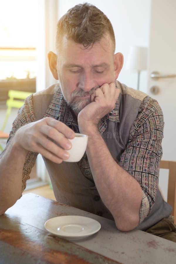 Homme bel en son 50s et café potable photos stock
