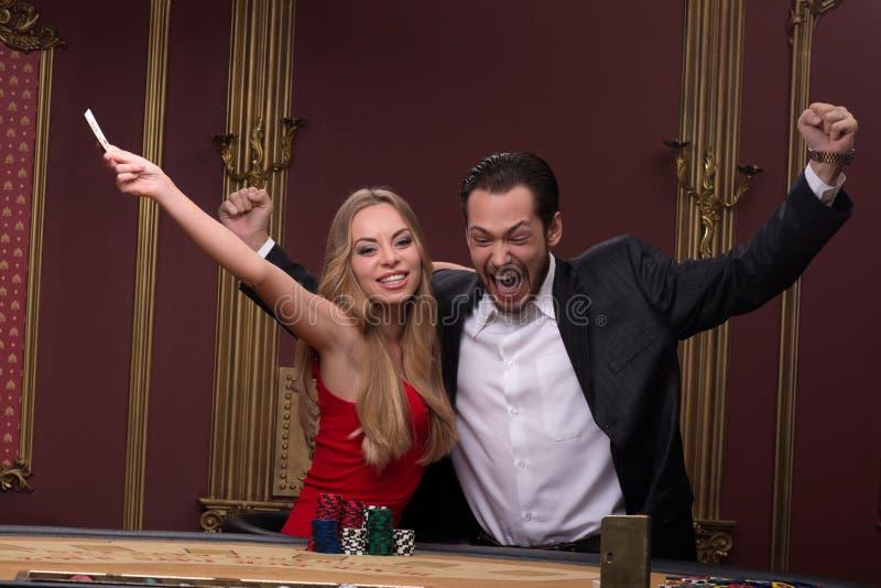 Homme bel et belle femme dans le casino image stock