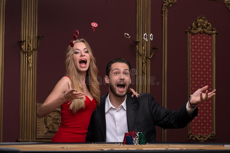 Homme bel et belle femme dans le casino photographie stock