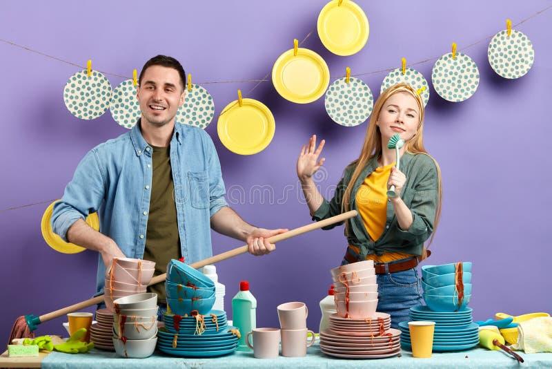 Homme bel et femme dans des vêtements élégants montrant leur représentation photo stock