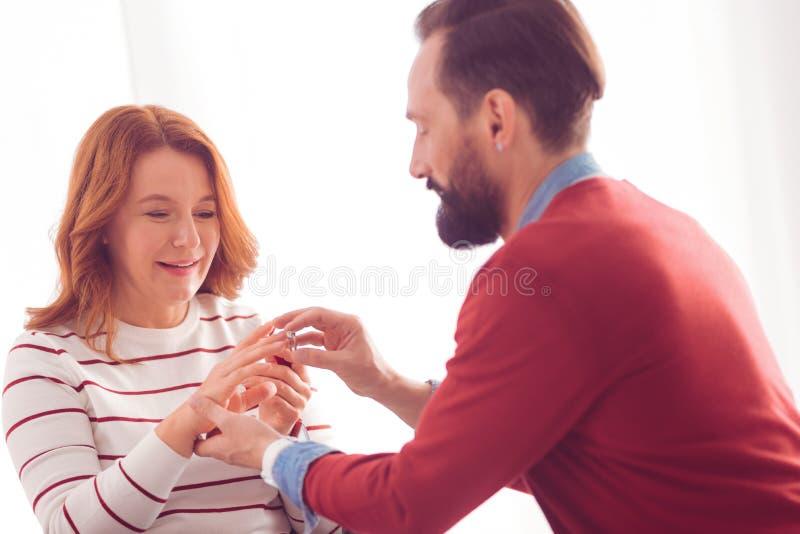 Homme bel faisant une proposition de mariage images stock