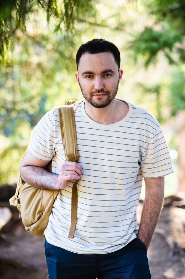 Homme bel heureux de sourire avec la barbe dans la forêt, montagnes, parc Détente d'homme de voyageur Hausse de mode de vie de vo images stock