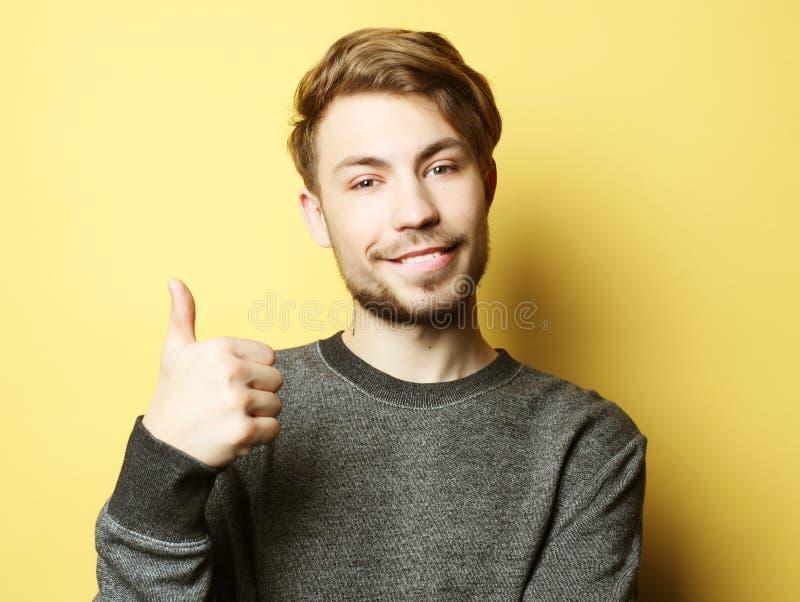 Homme bel heureux montrant des pouces  photos libres de droits