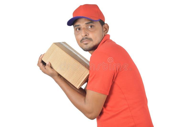 Homme bel jugeant la boîte de carton très serrée photographie stock