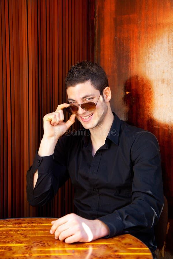 Homme bel méditerranéen latin avec des lunettes de soleil photos libres de droits