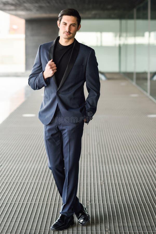 Homme bel, modèle de mode, costume moderne de port photo libre de droits