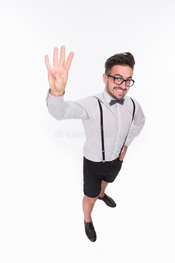 Homme bel montrant quatre doigts dans le studio photos libres de droits