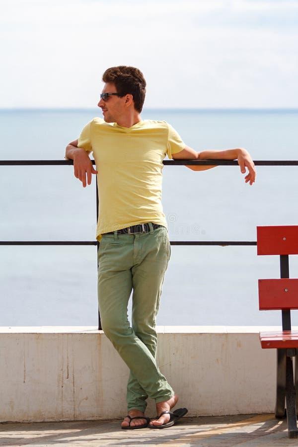 Homme bel posant dans le scener de mer image libre de droits
