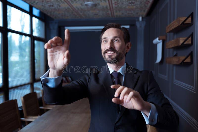 Homme bel positif travaillant dans la réalité virtuelle photos libres de droits