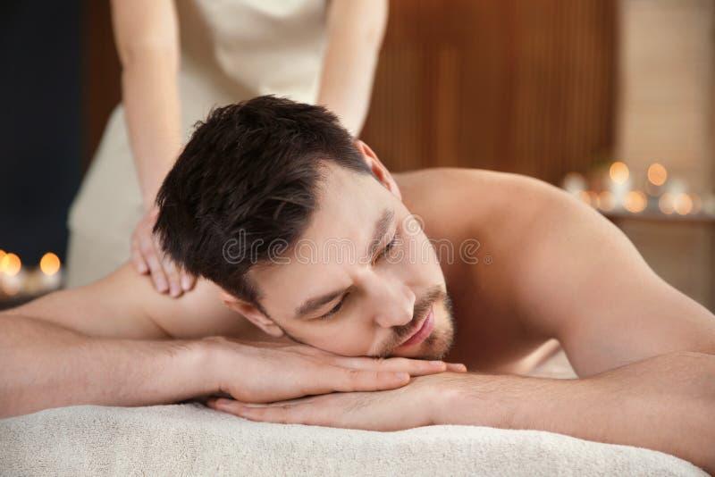Homme bel recevant le massage arri?re photo stock