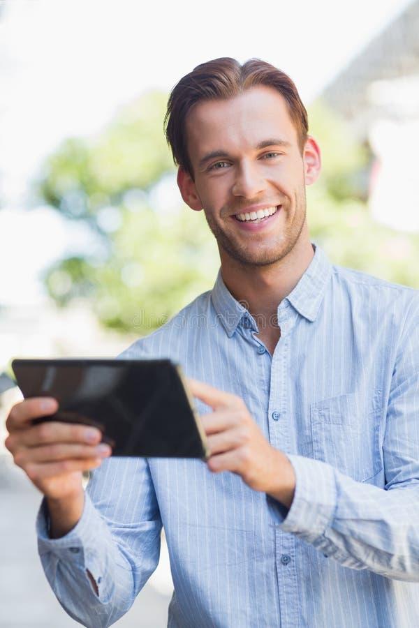Download Homme Bel Regardant L'appareil-photo Image stock - Image du lifestyle, sourire: 56490009