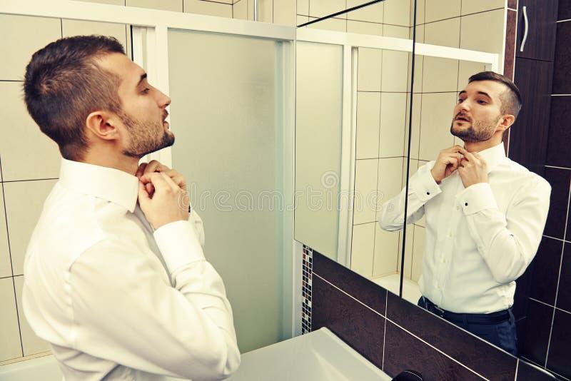 Homme bel regardant le miroir image libre de droits