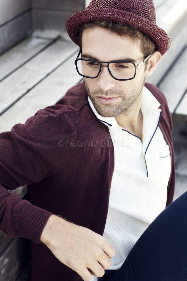 Homme bel s'asseyant dehors photographie stock