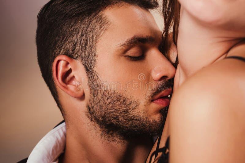 homme bel sensuel caressant à photo libre de droits