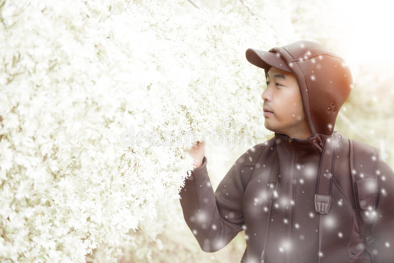Homme bel seul se tenant heureusement en hiver photo libre de droits