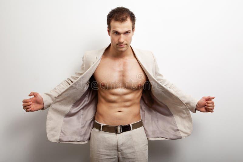 Homme bel sexy avec le fuselage musculaire d'ajustement image libre de droits