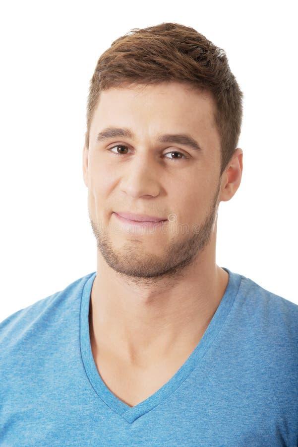 Homme bel souriant à l'appareil-photo image libre de droits