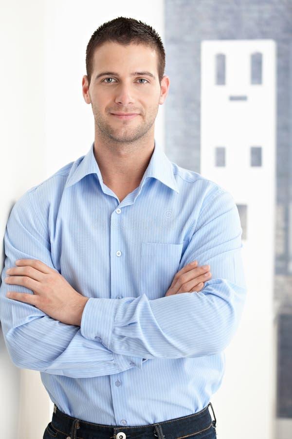 Homme bel souriant avec confiance photos libres de droits