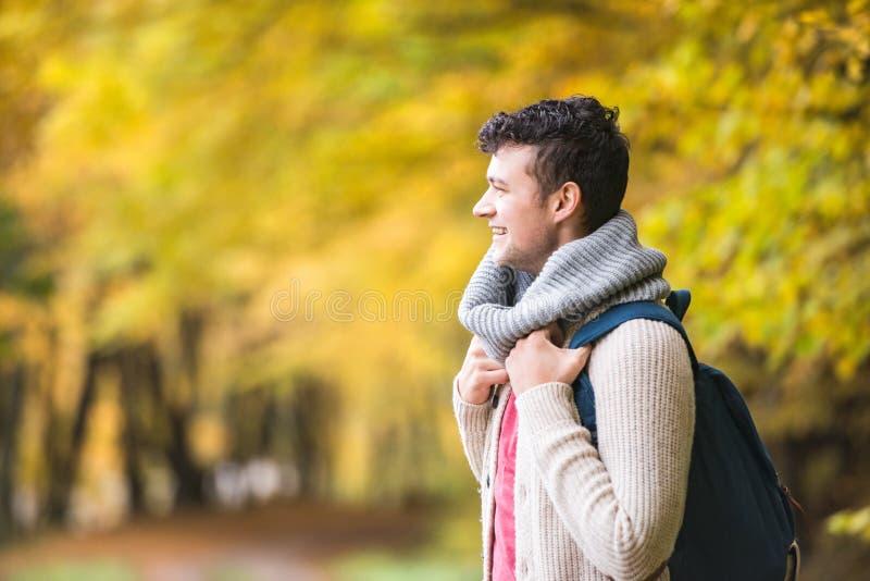Homme bel sur une promenade dans la forêt d'automne image stock