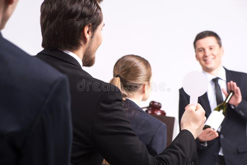 Homme bel tenant la bouteille de vin. photographie stock libre de droits