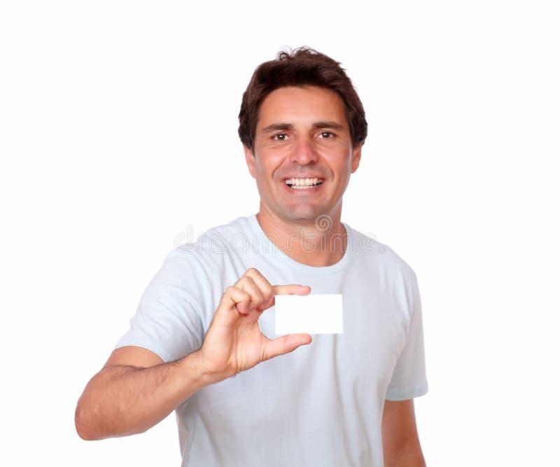 Homme bel tenant une carte de visite professionnelle vierge de visite photo libre de droits