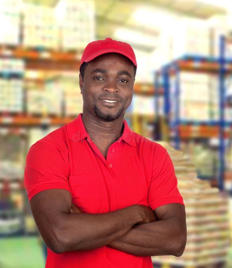 Homme bel travaillant à l'entrepôt de logistique photos stock