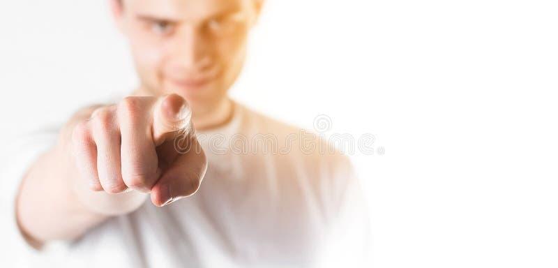 Homme bel, type indiquant l'avant, à vous, au backgr blanc photo stock