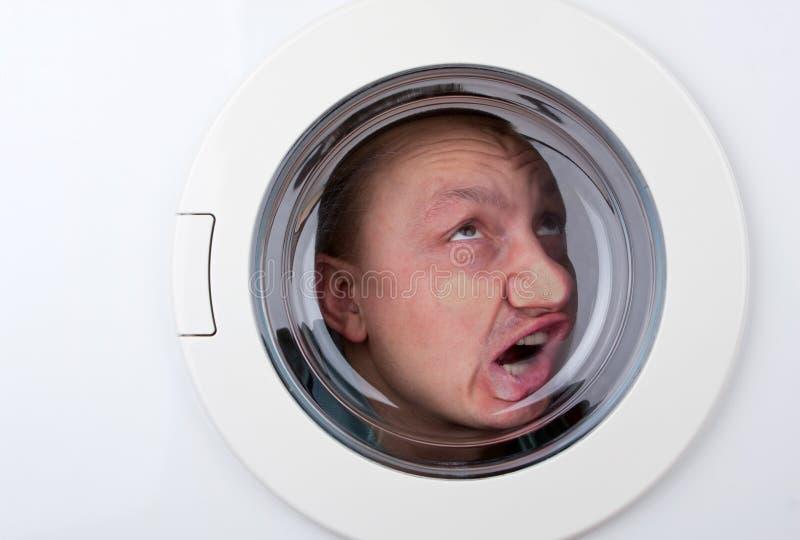 Homme bizarre à l'intérieur de machine à laver photo stock