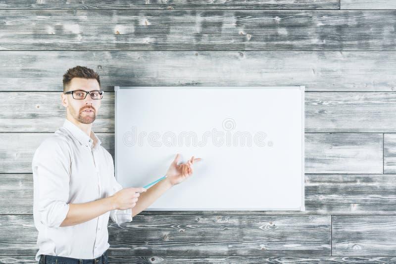 Homme blanc se dirigeant au tableau blanc image stock
