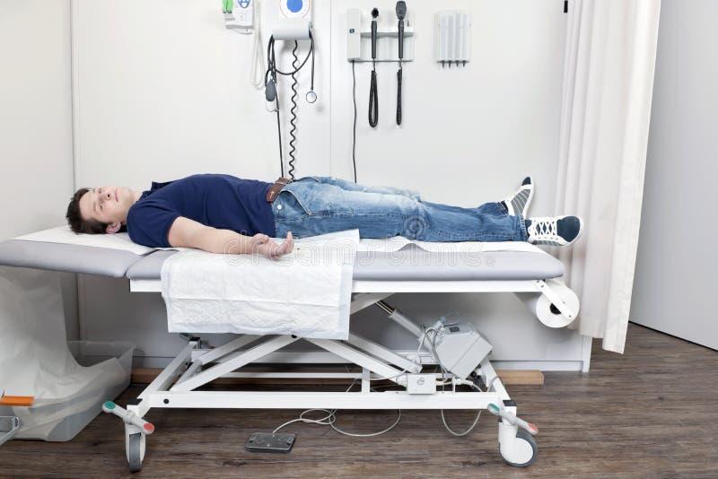 Homme blessé dans la clinique photo libre de droits