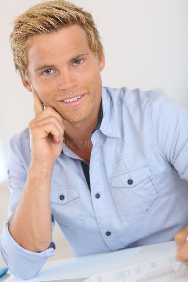 Homme blond bel s 39 asseyant au bureau photographie stock for Bureau homme